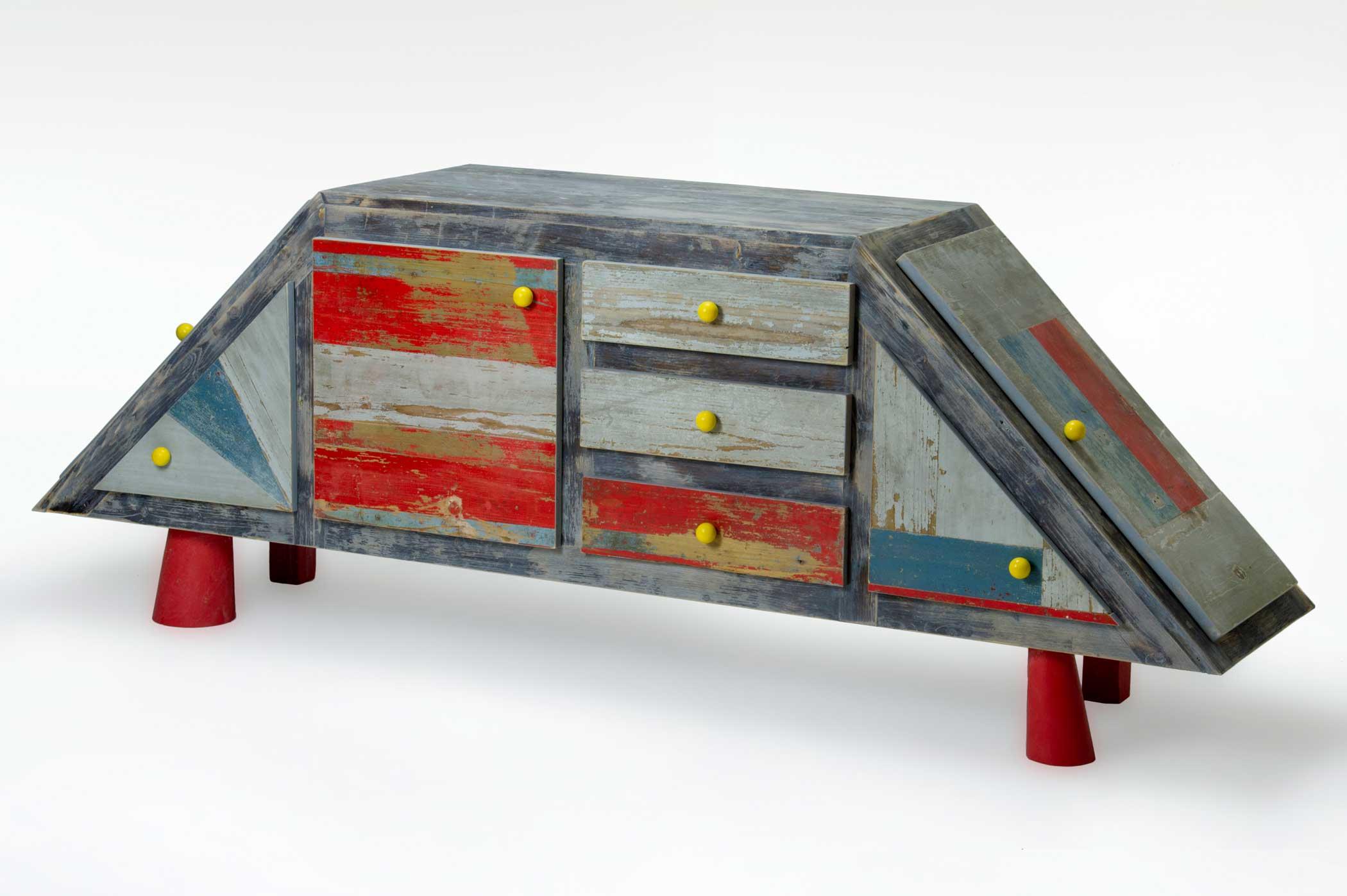 Credenza con forma di astronave. Struttura, cassetti e ante in legno riciclato. Gli interni verde acido.