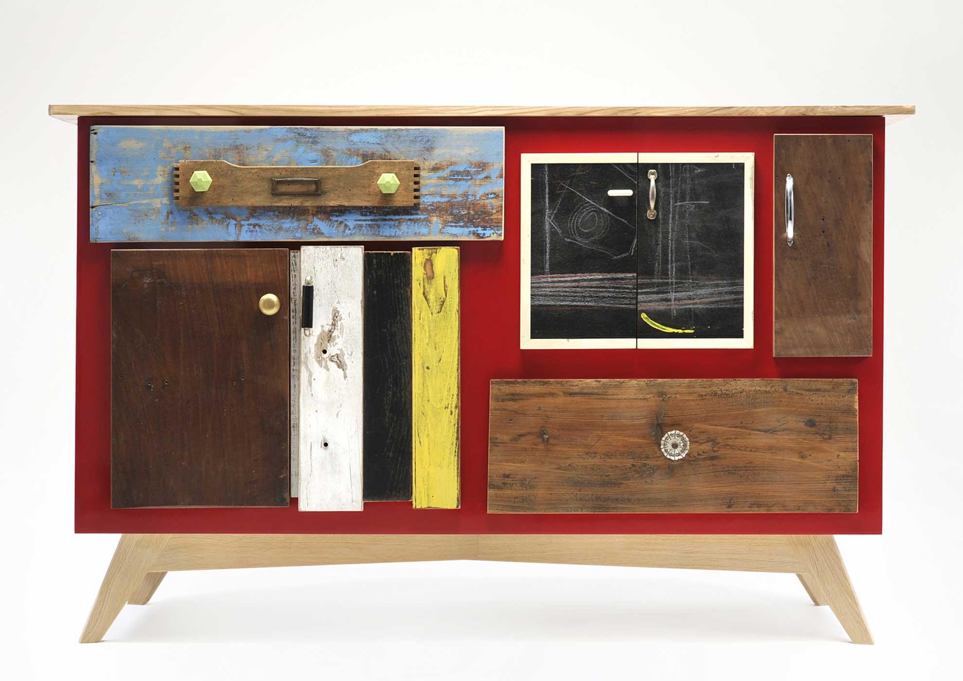 Credenzino struttura laccata rosso. Sportelli e i frontali in legno di recupero, inserti di vecchia lavagna e piccoli oggetti vintage.
