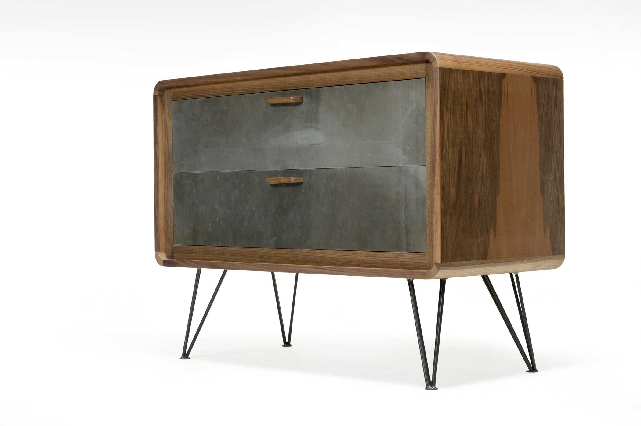 Madia dal design vintage anni 50 con struttura in noce nazionale e frontali dei cassetti e gambe in acciaio ossidato.