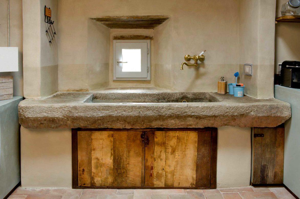 Lavello in pietra antica ante cucina legno vintage