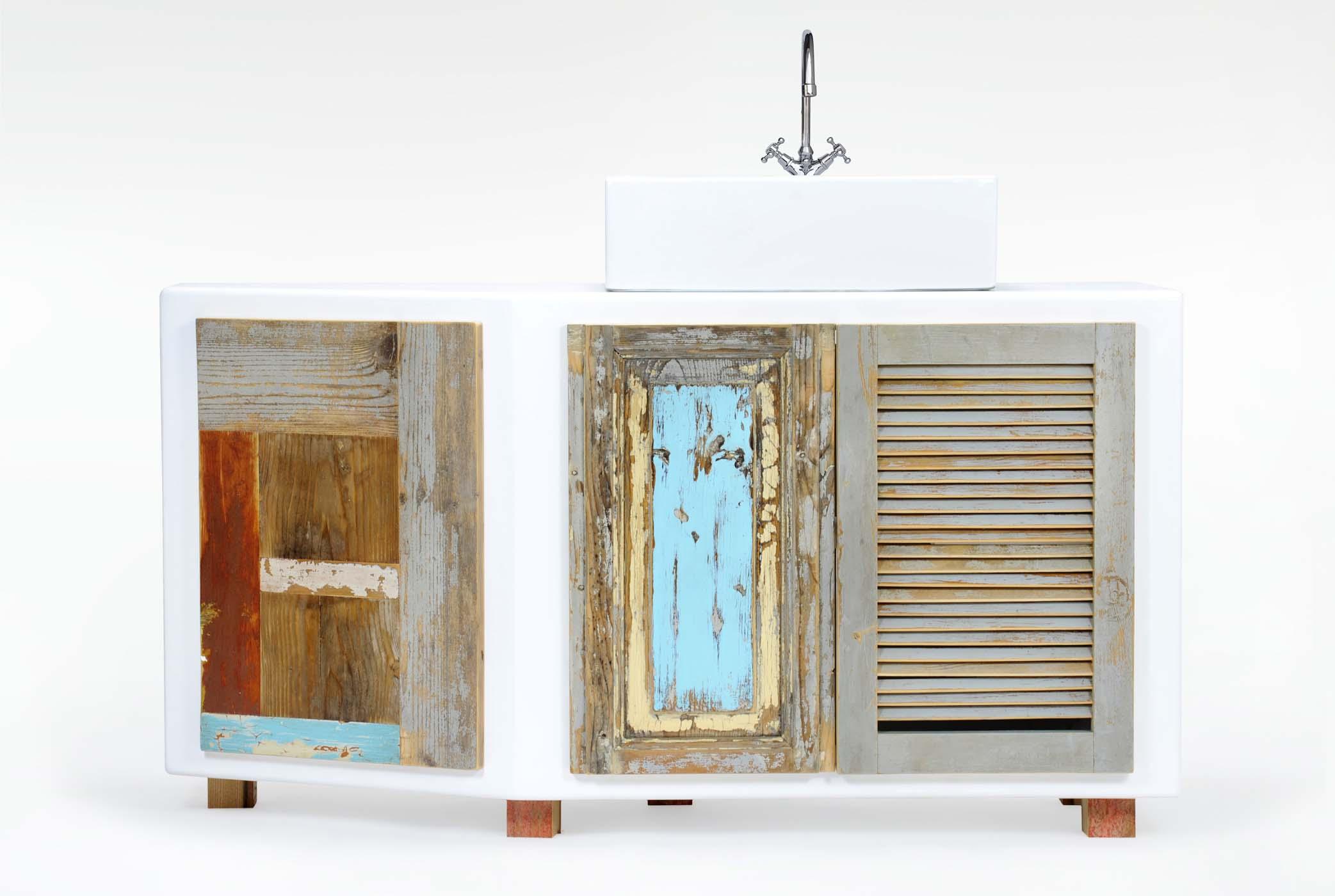 Mobiletto per il bagno laccato bianco e parti in legno riciclato originale. Mobile bagno su misura