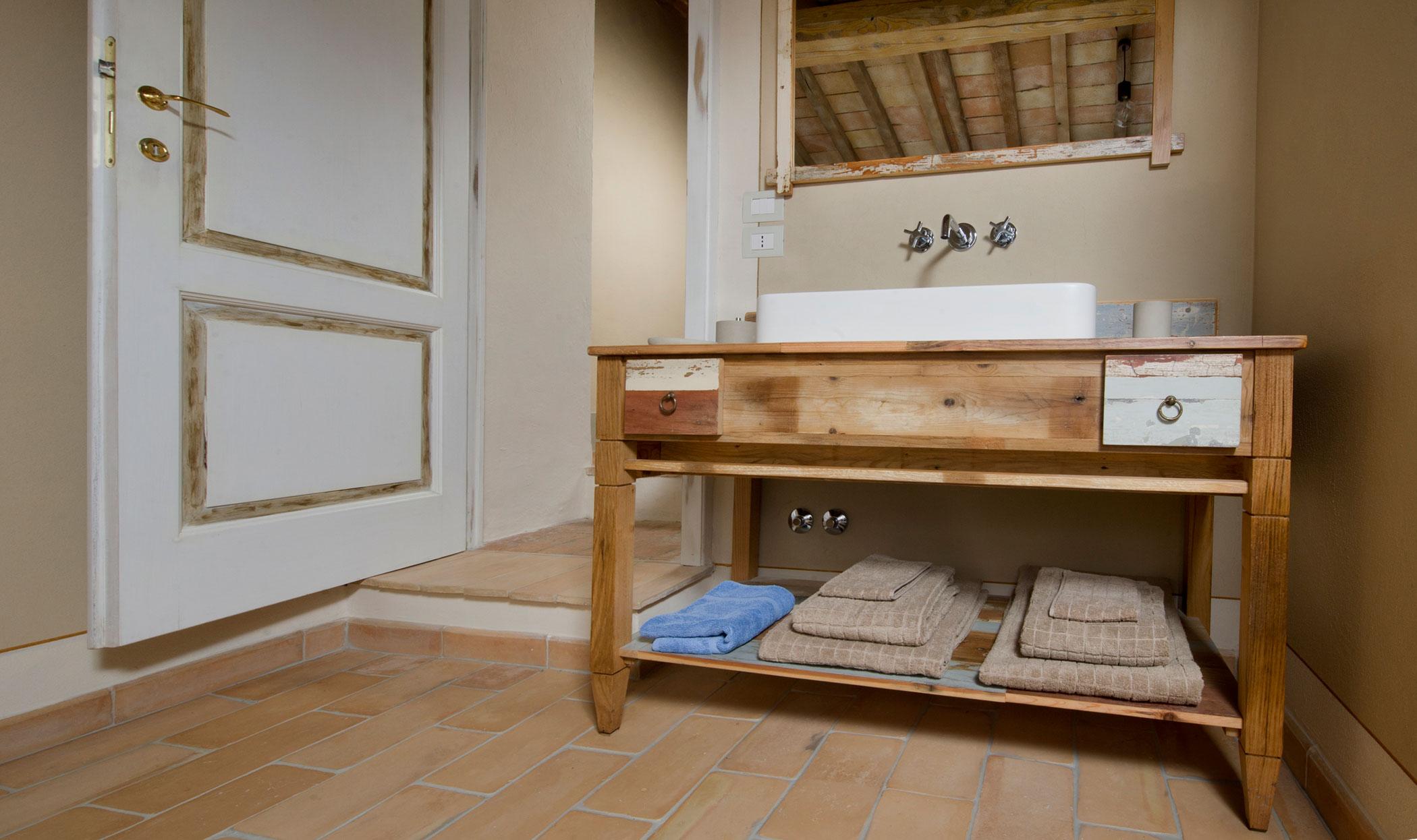 Mobile per stanza da bagno con varie essenze di legno
