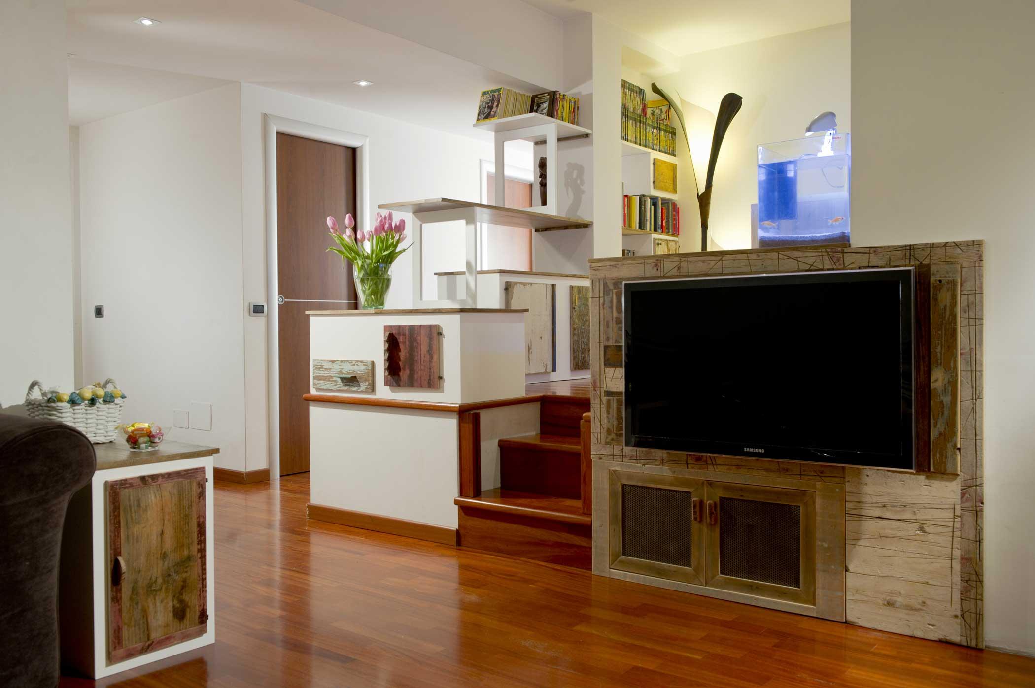 Mobili per soggiorno con legno di recupero su misura