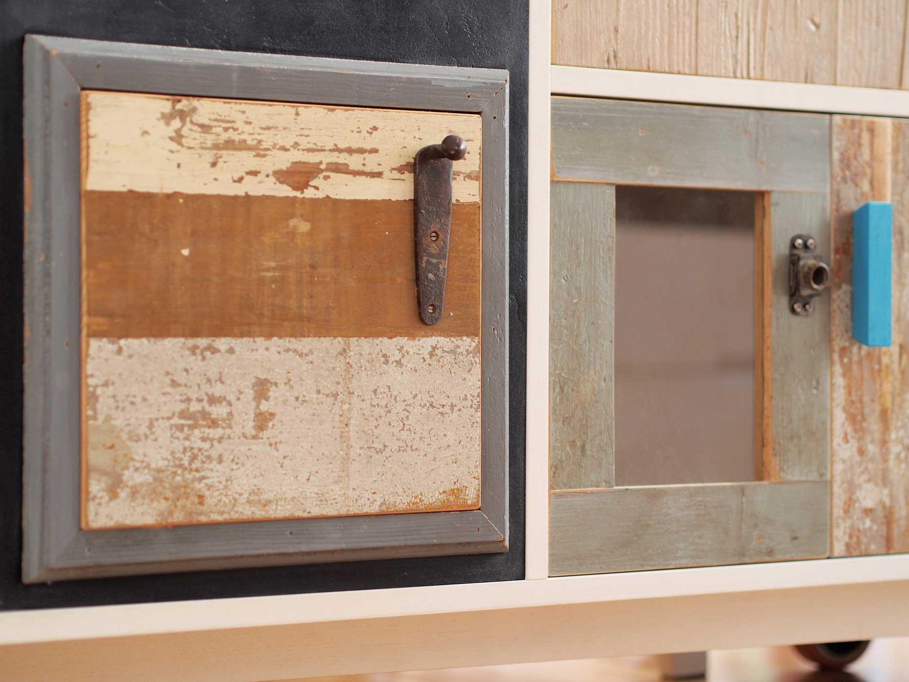 Credenza di due metri con struttura in legno laccato bianco e frontali con diversi tipi di legno riciclato e restaurato a mano. Struttura su ruote. Dispensa riproducibile su misura.