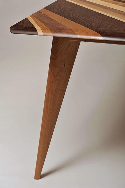 Tavolo con piano fatto di assi irregolari di legno massello. Tavolo con piano in noce, acero, wengè, teak.