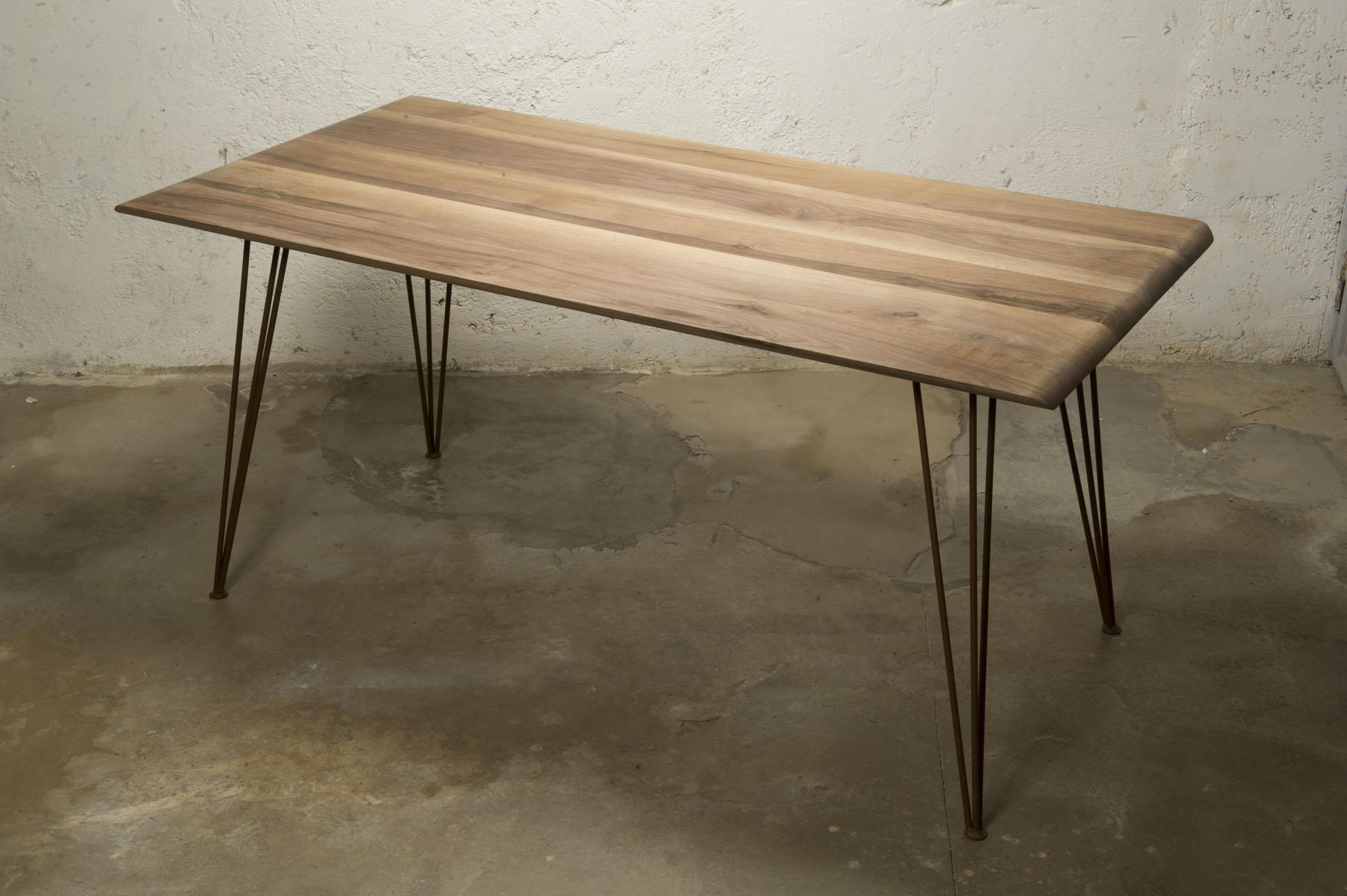 Tavolo con struttura in ferro e piano in legno massello. Tavoli riproducibili su misura da Laquercia21