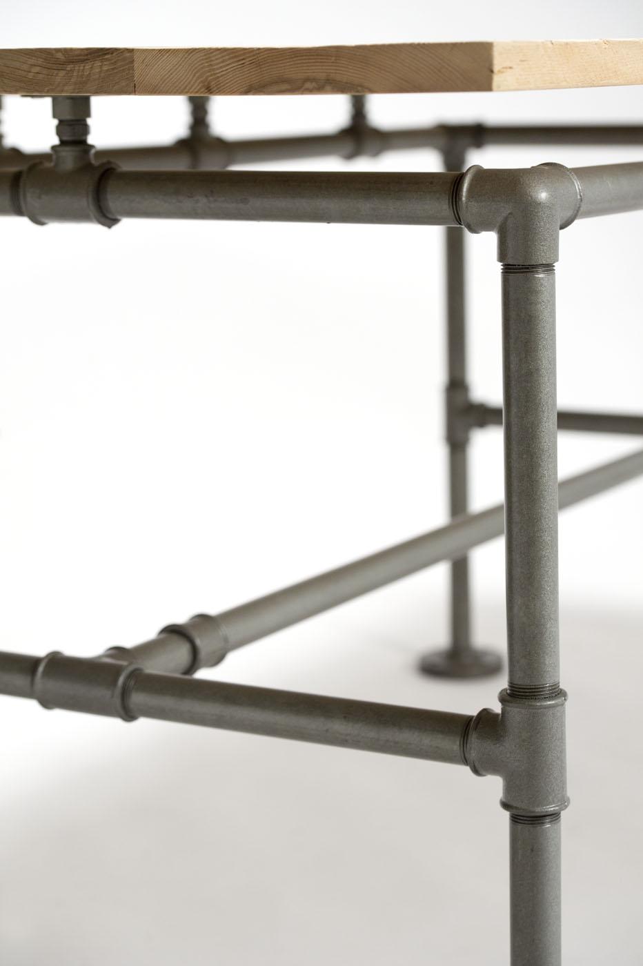 Arredamento con tubi idraulici e legno