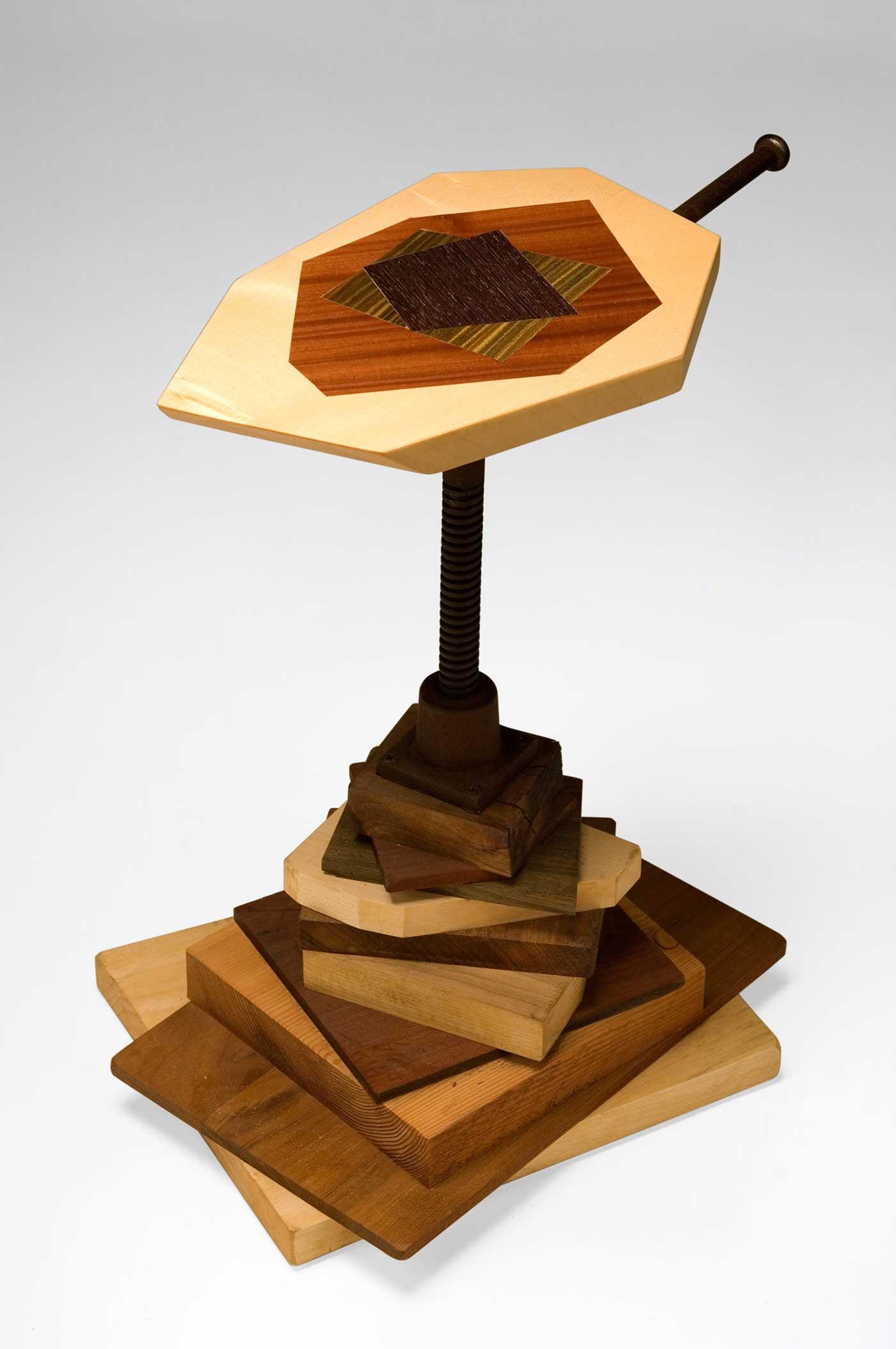 Mobile artigianale in legno e oggetti vintage