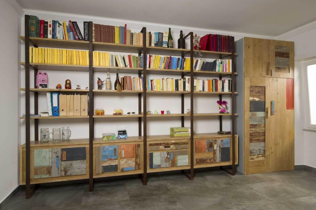 Parete attrezzata e libreria in ferro e legno di recupero