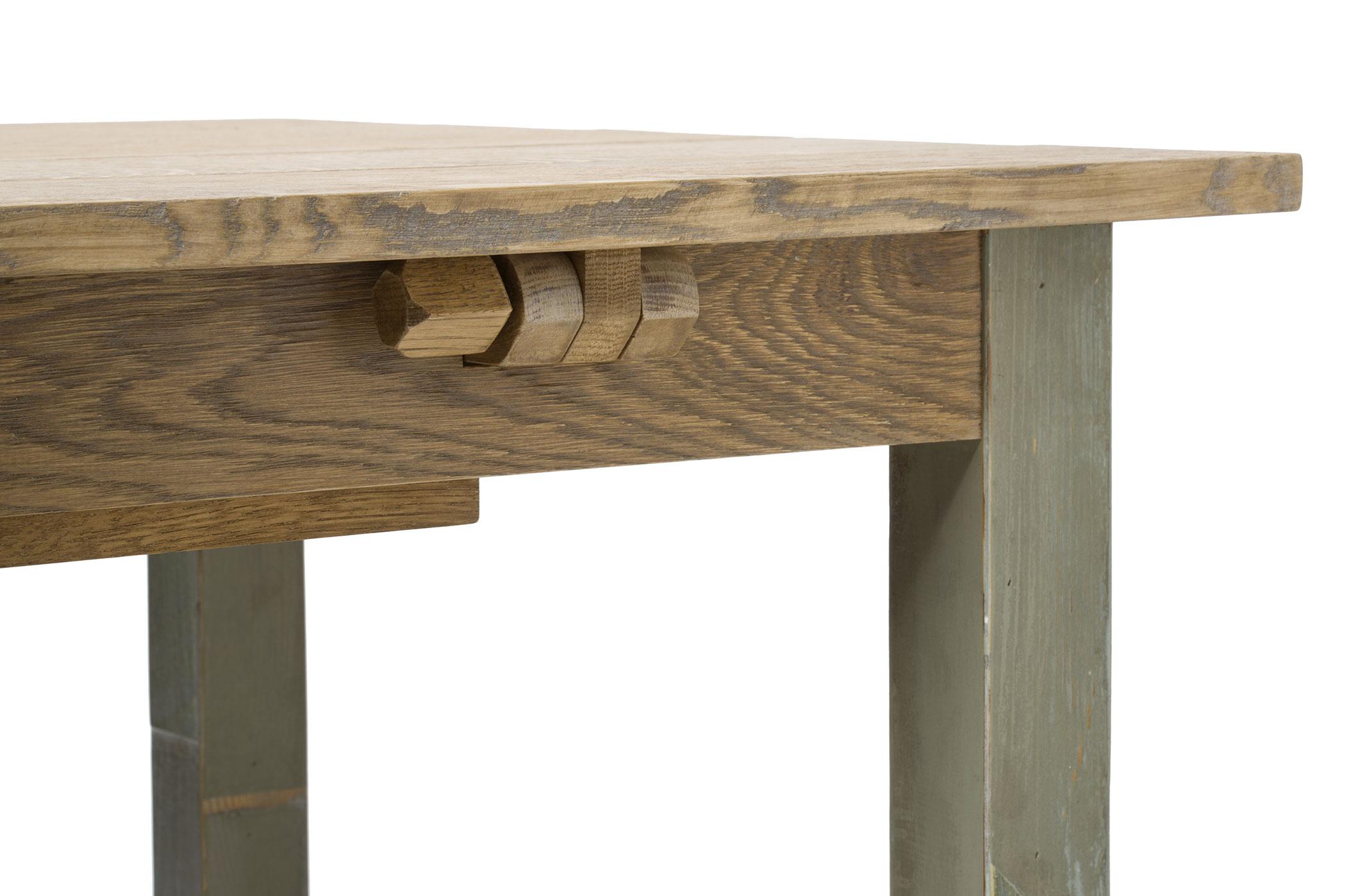 Tavolo in legno massello con prolunghe in legno di recupero color salvia. Tavolo artigianale