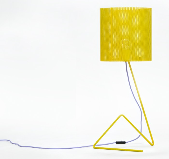 lampada con tondino di ferro giallo e filo violetto
