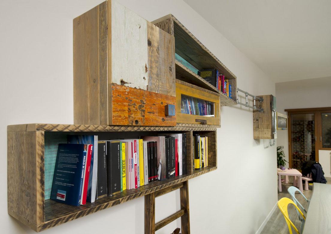 parete attrezzata moduli lunghi in legno colorato e scala pioli vintage