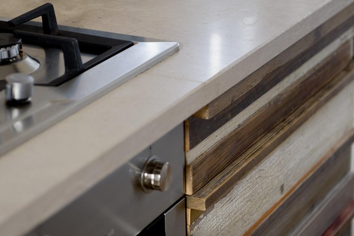 Top in pietra e frontali in legno vintage per la cucina artigianale