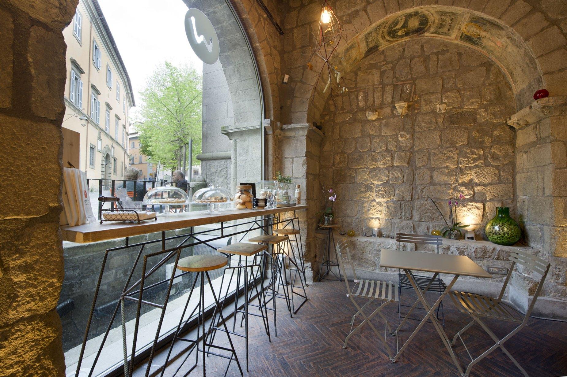 Sgabelli Colorati Interior Design.L Arredamento Per Un Bar In Centro Storico