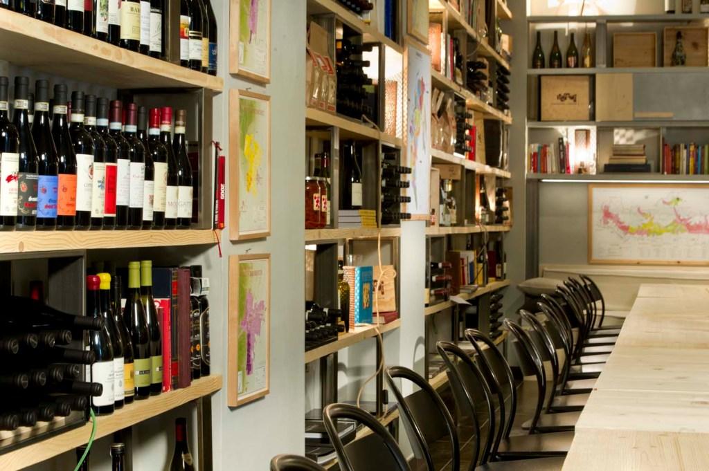 Bacheca per vino in legno per enoteca su misura