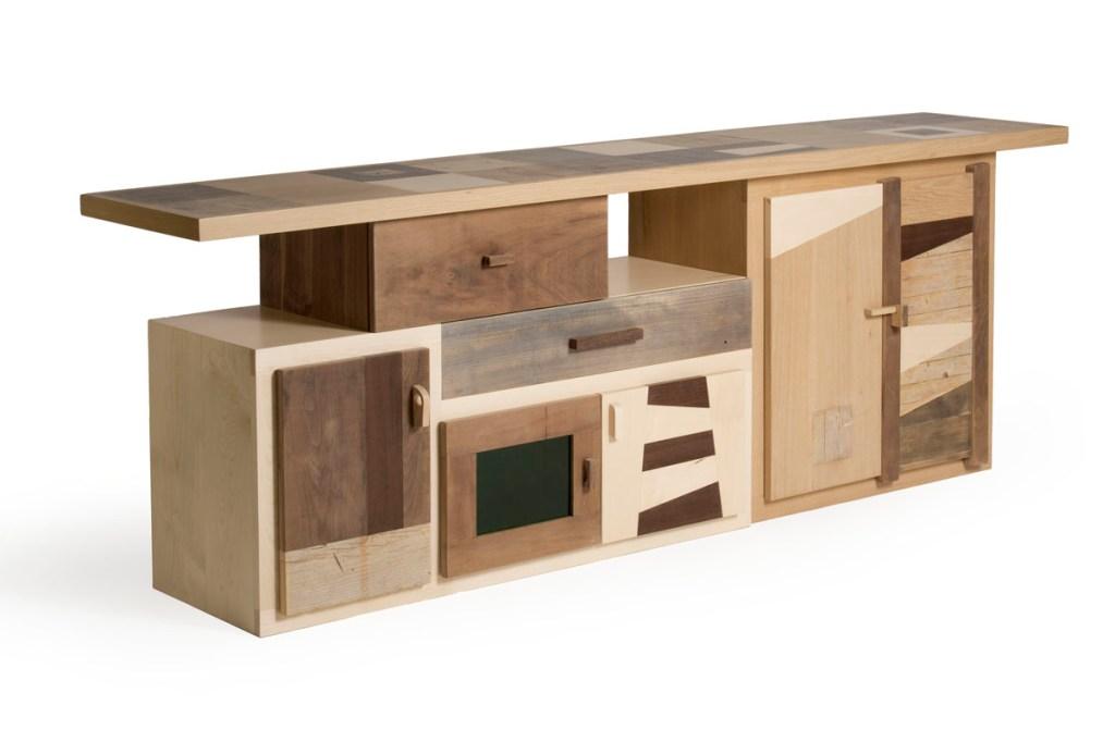 Mobile tv artigianale in legno massello con sportelli e cassetti in rilievo