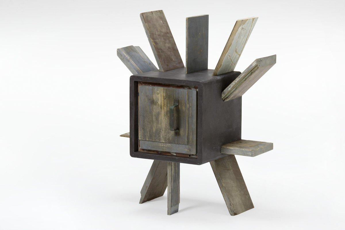 Mobiletti e comodini in resina e oggetti antichi. Progetti su m misura artigianali