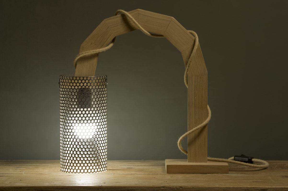 Lampada di design artigianale in legno e lamiera forata