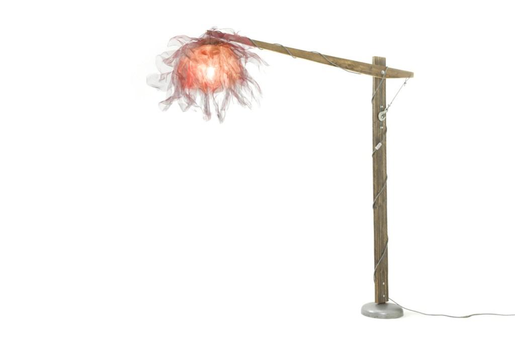 Lampada piantana in legno di abete riciclato e veletta in metallo.