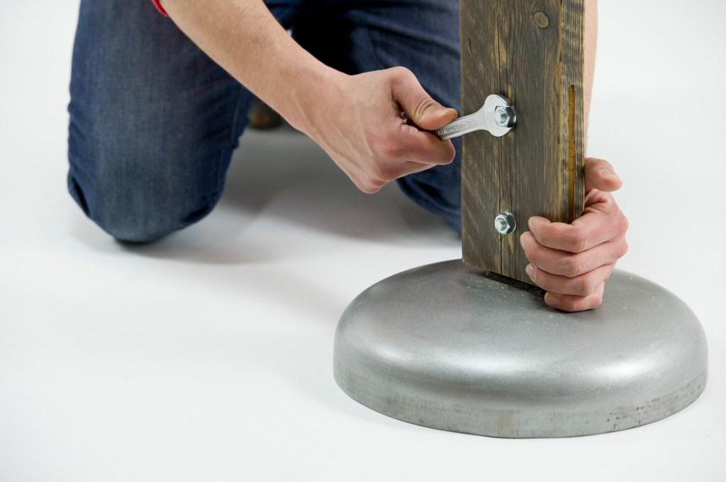 Costruire una lampada da salotto con legno di recupero, metallo e abete