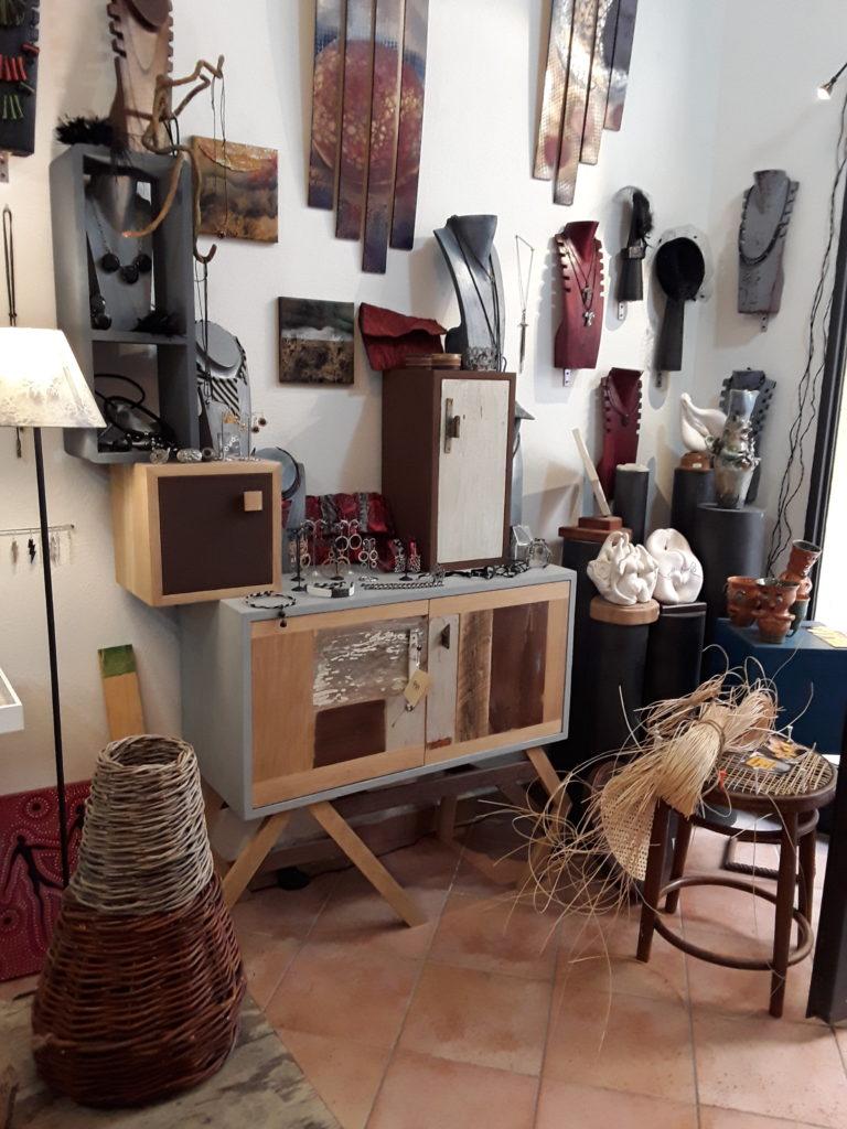 Cappelli fatti a mano di diversi colori e sedie impagliate artigianalmente a Bolsena