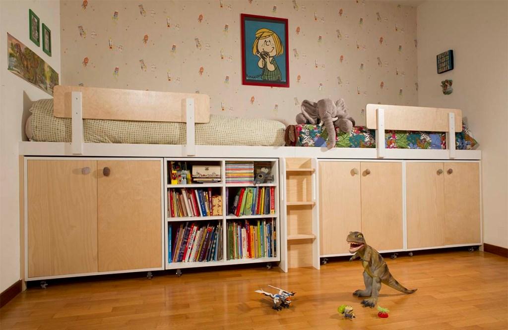 Struttura letto zona notte bimbi con armadio doppio e letto soppalcato in legno e laccatura, progetto su misura modulare