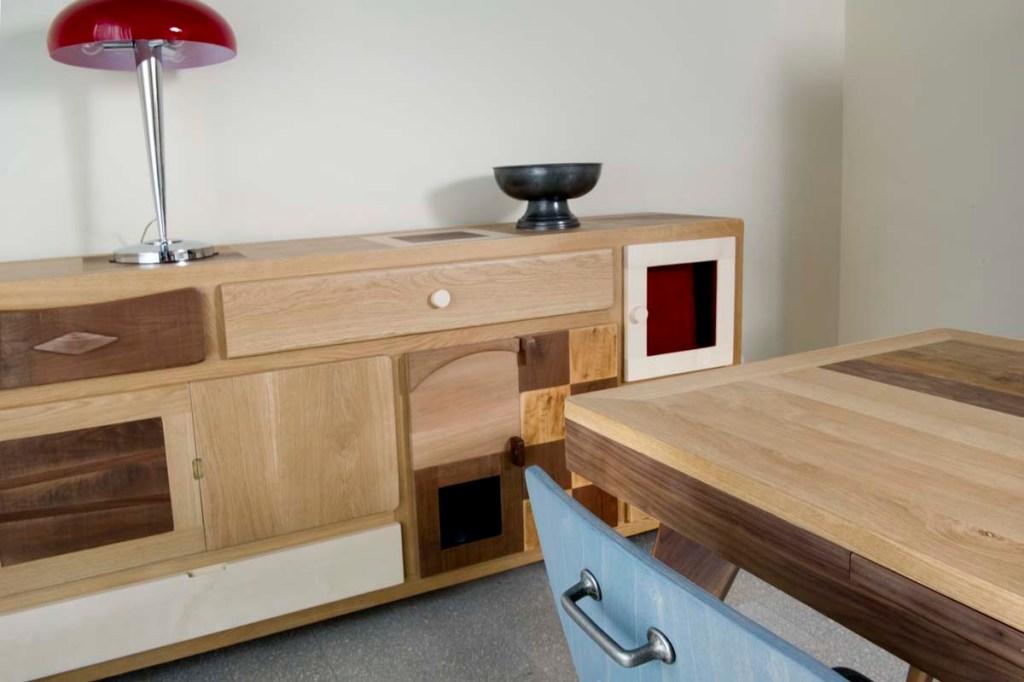 credenza artigianale in legno con cassetti, sportelli e scacchiera