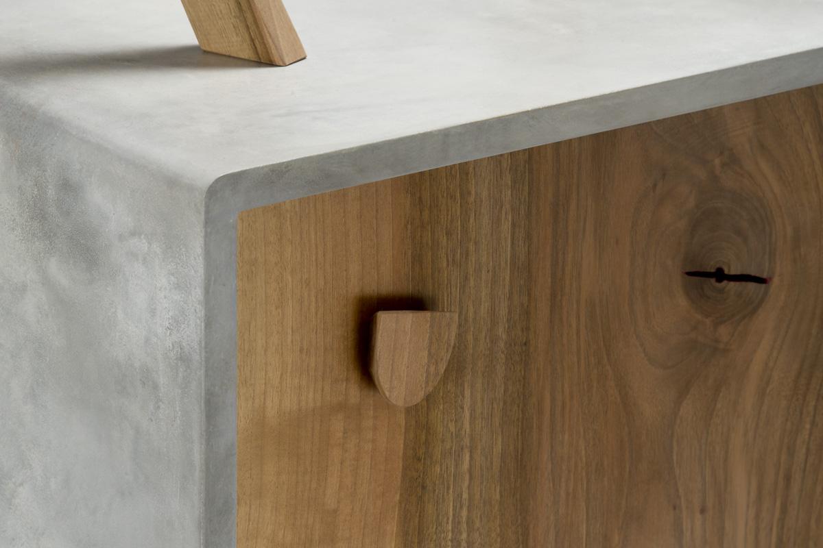 mobile in resina colorata e legno