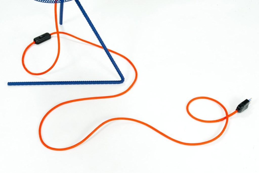 lampada ferro azzurro con filo arancione contemporaneo