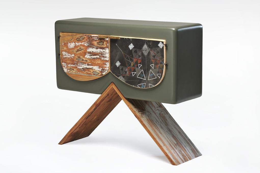comodino con due ante arrotondate in legno e lavagna
