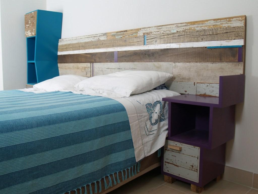testata letto in legno antico contemporaneo e comodini colorati