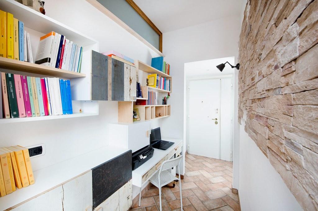 parete attrezzata per studio o ufficio in legno massello e legno di recupero colorato