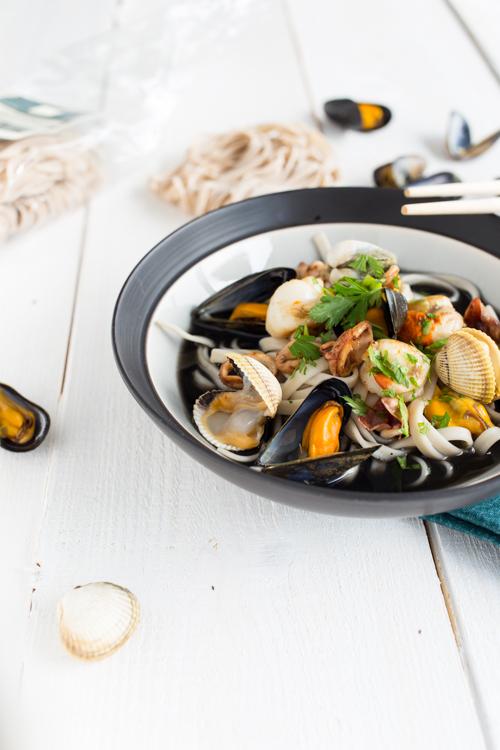 fettuccine en bouillon a l encre de seiche et fruits de mer
