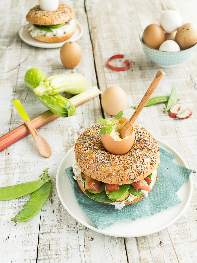 bagel matine - chevre, legumes croquants et rhubarbe