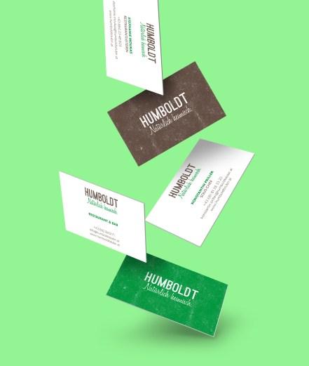 Die Visitenkarte existiert mit abwechselnd grüner oder brauner Rückseite