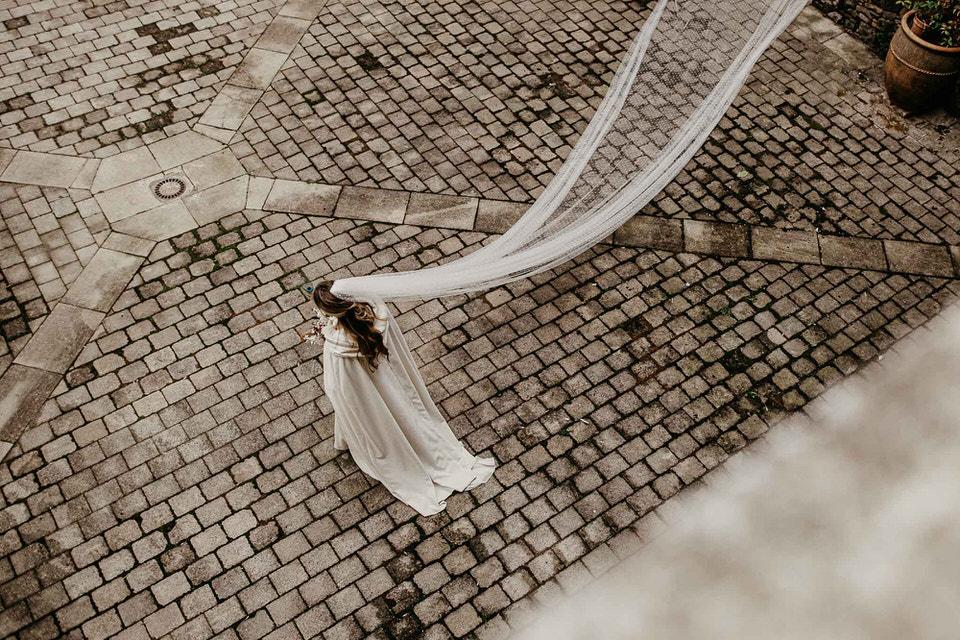 Una novia de invierno con capa