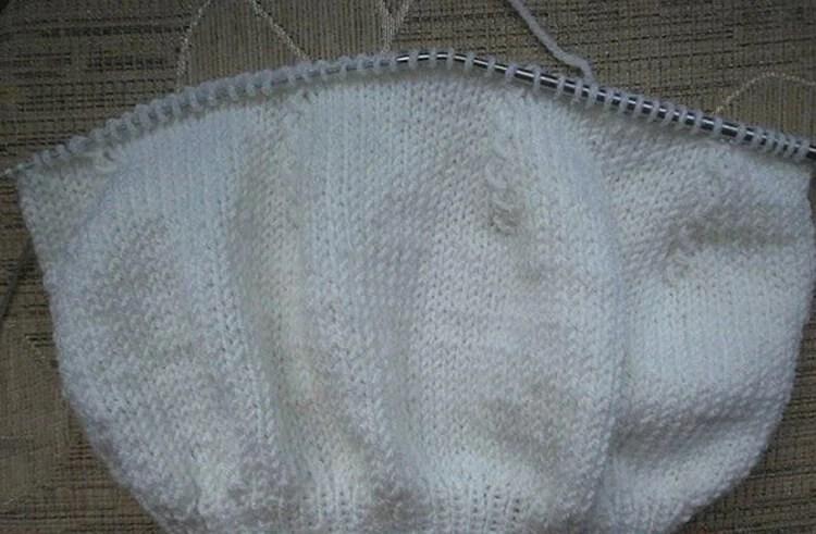 Femeia ia acele de tricotat: Cum să legați o direcție la modă Kak Svyazat Spicami Beret 22