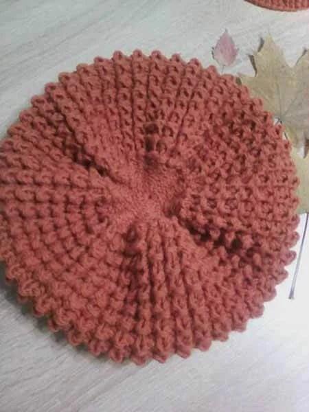 Femeile ia acele de tricotat: cum să legați o direcție la modă Kak Svyazat Spicami Beret 59