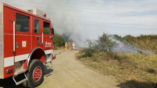 Causa incendio quema de llantas en terreno de PEMEX