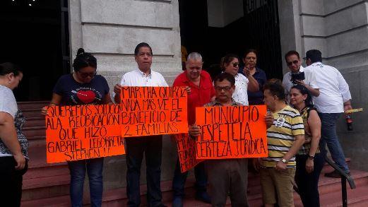 Protestan locatarios frente a presidencia