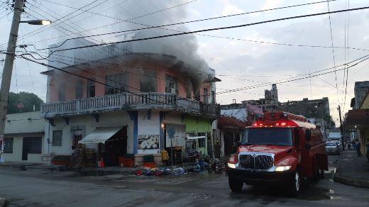 Se incendia casa en pleno centro de Tampico