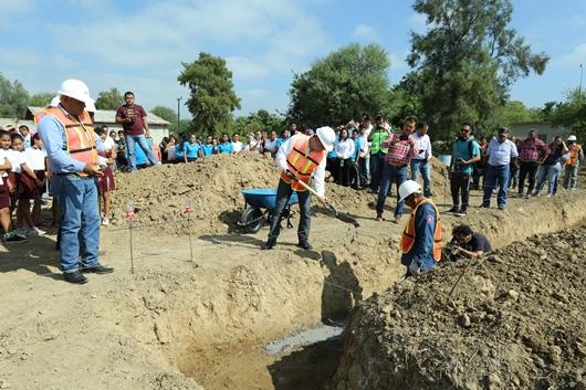 Entregan apoyos a las comunidades aledañas al parque eólico San Carlos