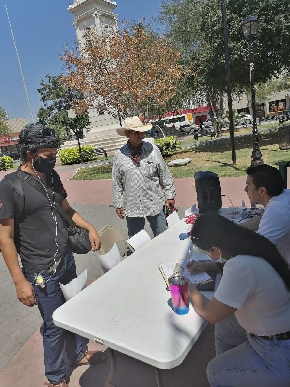 Jóvenes recolectan firmas para enjuiciar a ex presidentes Carlos Salinas y Felipe Calderón