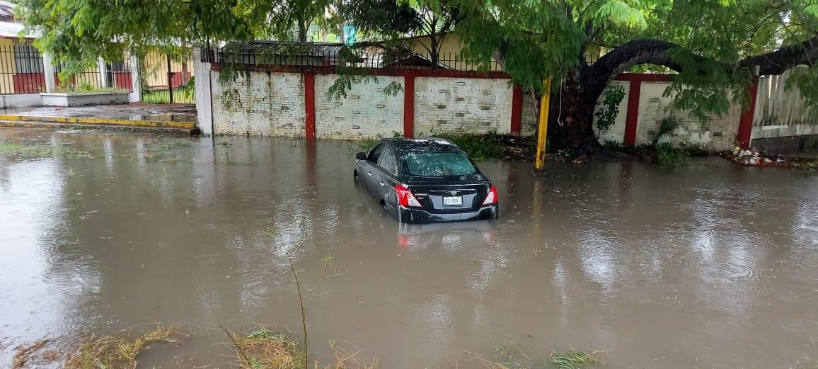 Autos quedan varados por intensas lluvias