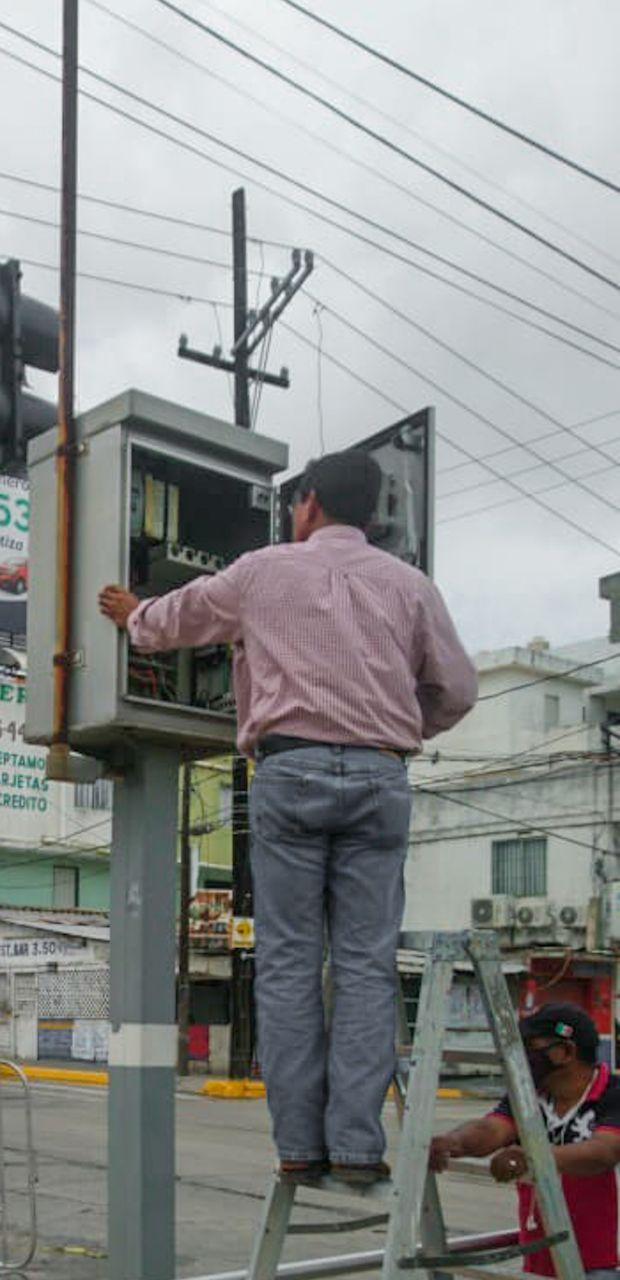 Reciben mantenimiento semáforos del municipio