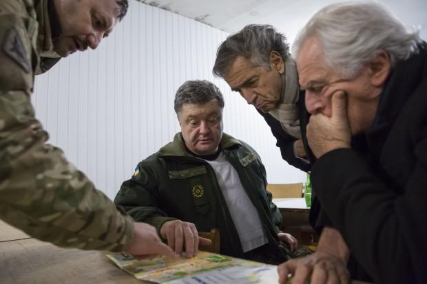 Bernard-Henri Lévy et Petro Porochenko, à Kramatorsk, le 10 février 2015.