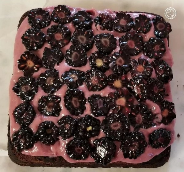 Sliced Blackberries on top of the refined sugar-free blackberry curd on top cake