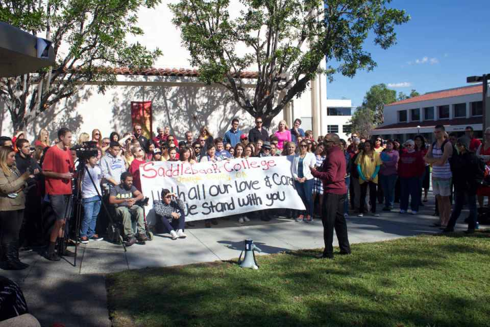 Saddleback students and faculty gathered in the quad for a photo on Tuesday, November 12, to reinforce the support that the Saddleback college has for Umpqua college and their community.