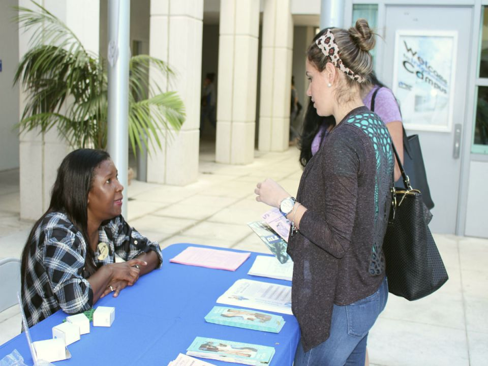 A college representative and a student talking. Courtesy photograph by @InterAmericanCampus