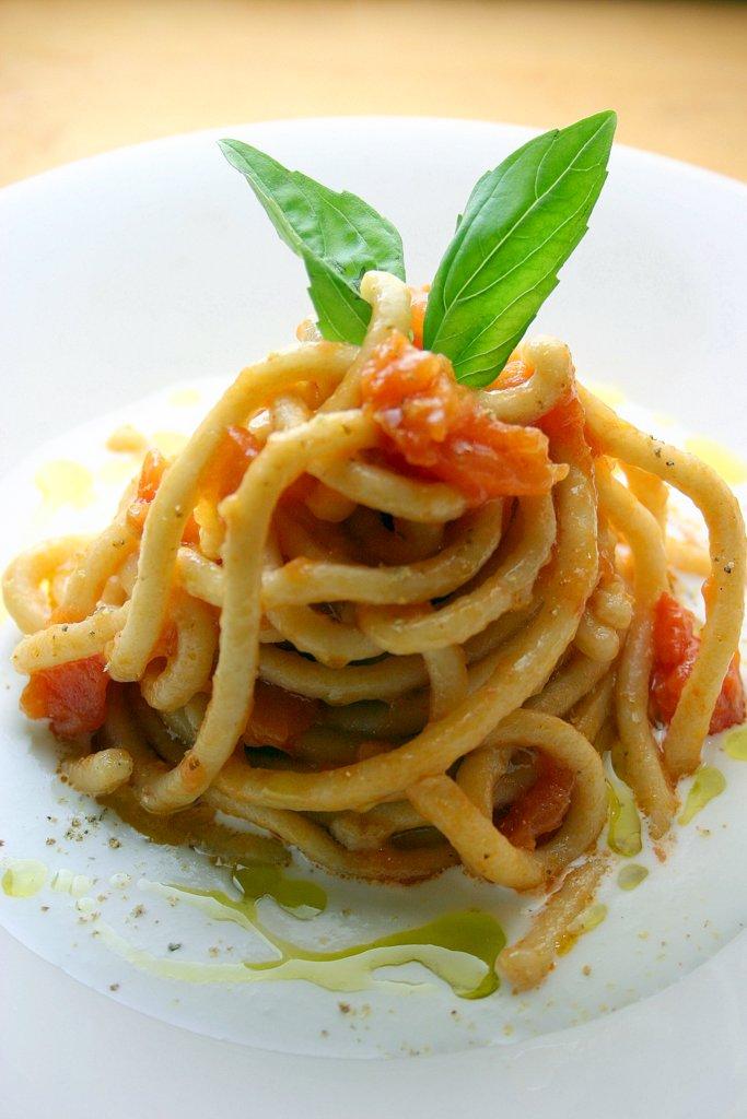 Spaghettoni al Kamut al pomodoro fresco su vellutata di bufala